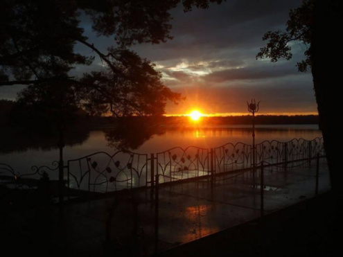 У соцмережі опублікували світлини заходу сонця на озері Пісочне
