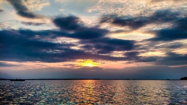 Показали світлини серпневого заходу сонця над Світязем