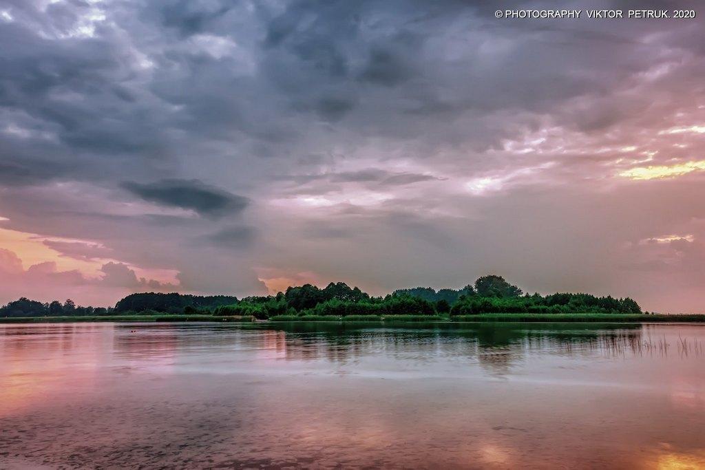 Луцький фотограф опублікував дивовижні світлини озера Світязь у негоду